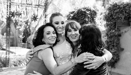 Las hermanas Espinosa, Adriana, Paty y Pituca con la novia Paty Dantuñano Espinosa.