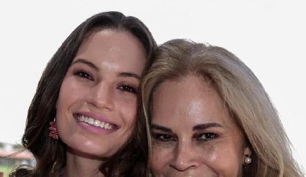 Bárbara con su mamá.
