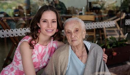Bárbara Portales con su abuelita María Palomera.