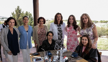 Bárbara Portales con la familia de Daniel Valadez.