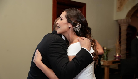 Abel Rangel felicitando a Estefanía.