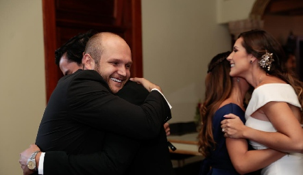 Abel Rangel felicitando a su primo Alejandro.