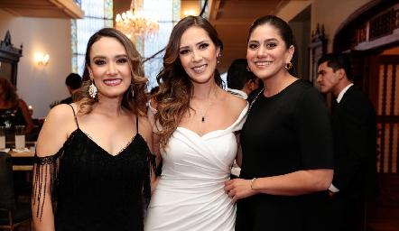 Diana y Estefanía Gutiérrez con Regina Alcalá.