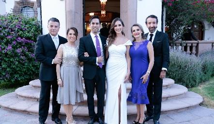 Los novios con sus papás Arturo González, Lucía Rangel, Alejandro González, Estefanía Gutiérrez, Pili Márquez y Jorge Gutiérrez.