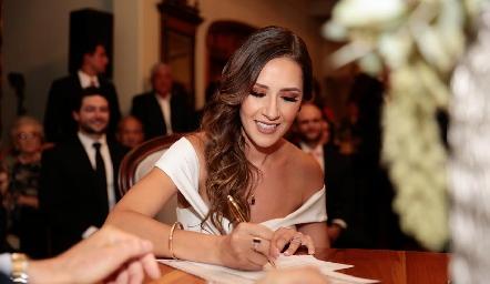 Estefanía firmando el acta de matrimonio.