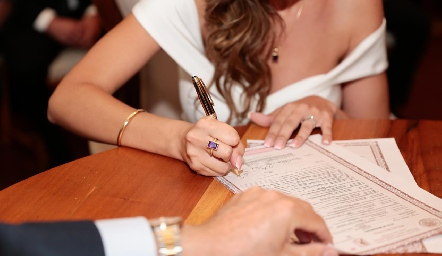 Firmando.