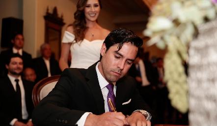 Alejando firmando el acta de matrimonio.