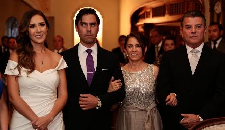 Estefanía y Alejandro con los papás de él Lucía Rangel y Arturo González.