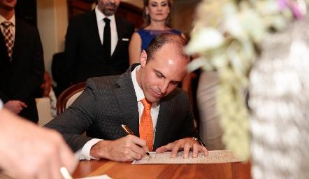Eduardo Rangel firmando como testigo.