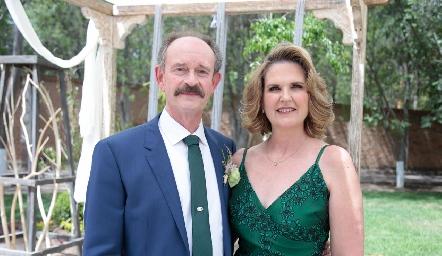 Sergio Velasco y Pupi Zwiegger de Velasco, papás de la novia.