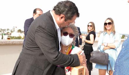 Sabina Bandera felicitando a Humberto.