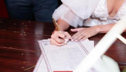 Lu firmando el acta de matrimonio.
