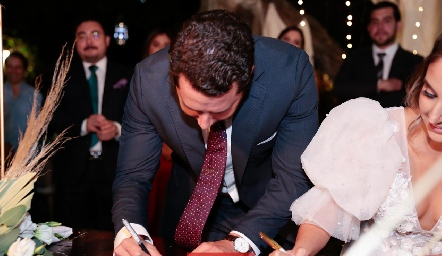 Juan Pablo firmando del acta de matrimonio.
