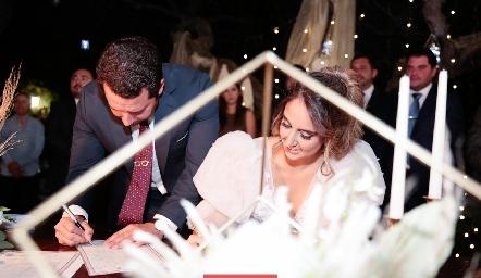 Firmando el acta de matrimonio.