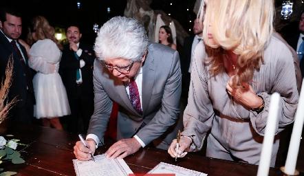 Hugo Castillo papá de Juan Pablo firmando el acta.