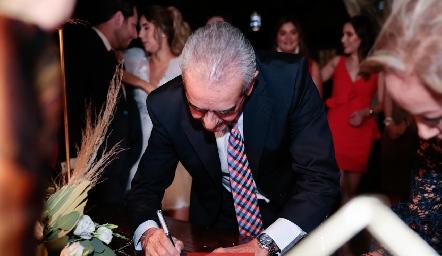 Mariano Borbolla papá de Lu firmando el acta de matrimonio.