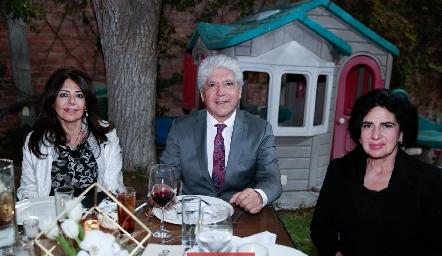 Adriana, Hugo y Aurora Castillo.