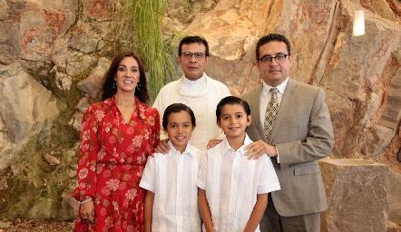 Gonzalo y Pablo Martínez Galarza con sus papás y el padre Chava.