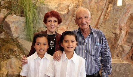 Juana María Blanco y José Luis Martínez con sus nietos Pablo y Gonzalo.