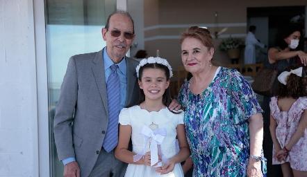 Con sus abuelos.
