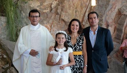 Padre Chava, Marifer Ramírez, Guillermo Chávez y Fer.