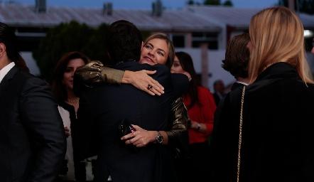 Francine Coulon felicitando a Mauricio.