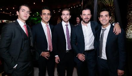 Mauricio Tobías con su hermano, primos y amigos.