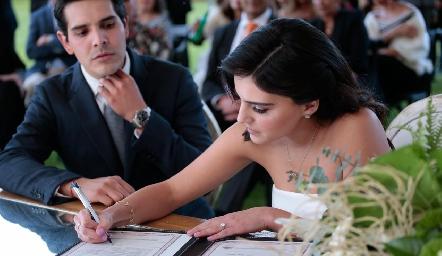 Adriana firmando el acta de matrimonio.
