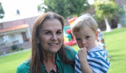 Raquel Eichelmann con su nieto Alejandro.