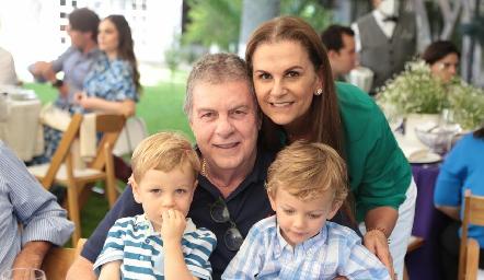Juan Carlos y Raquel Valladares con sus nietos.