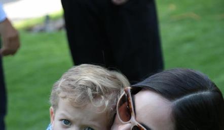 Ximena Navarrete con su sobrino.