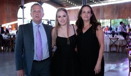 César Flores y Martha de la Torre con su hija Ale.
