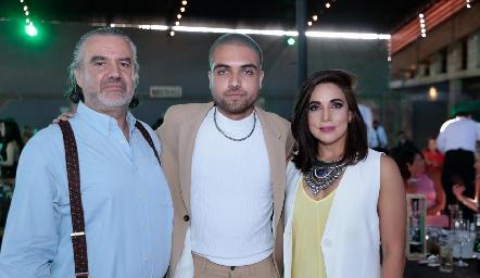 Rafael Piñero y Gabriela Martínez con su hijo Rafa.
