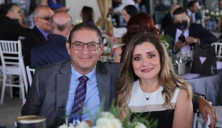 Edu González y Larissa Esparza.