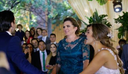 Eduardo y Paola Torre con su mamá Gaby Gómez.