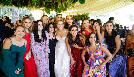 Paola con sus amigas.
