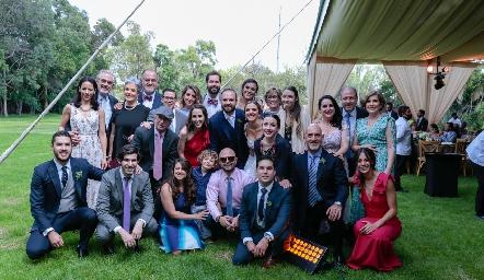 Los recién casados con la familia Cosío.