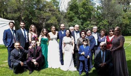 Los recién casados con la familia Díaz.