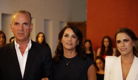 Jesús Aguirre y Raquel Altamirano con su hija Paulina.