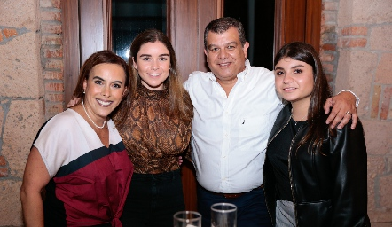 Ylenia Rodríguez, Pao, Arturo y Regina Estrada.