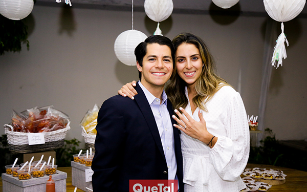 ARTURO HERNÁNDEZ Y REGINA OLIVA SE COMPROMETEN EN MATRIMONIO