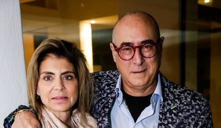 Claudia Anaya de Oliva y Jaime Oliva, papás de Regina.