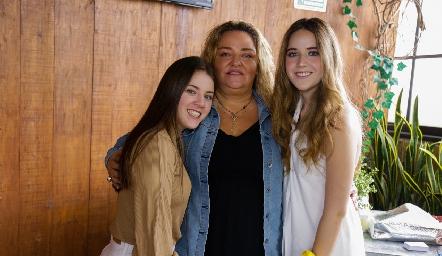 María Calvillo con sus hijas Fer y María Orozco.