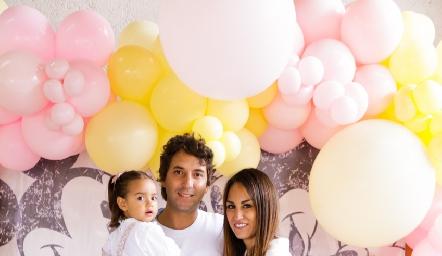Roberta con sus papás  Daniel Enríquez y Gloria Leal.