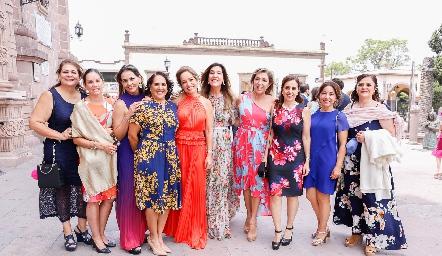 Ana Luisa Acosta con sus amigas.