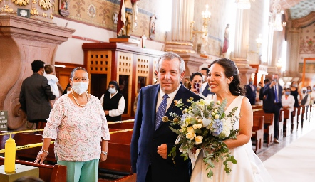 Pedro Torres entregando a su hija Sofía.