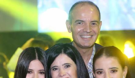 Isa Navarro, Martha Aldrett, Héctor y Daniela Navarro.