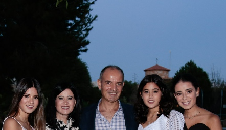 Isabela Navarro, Martha Aldrett, Héctor, María y Daniela Navarro.