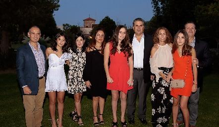 Las quinceañeras con sus papás: Héctor y María Navarro, Martha Aldrett, Claudia Altamirano, Kamila y Salomón Dip, Ale Allende, Alexa y Jean Franco Pizzuto.