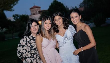 Martha Aldrett  con sus hijas, Isabela, Maria y Daniela Navarro.